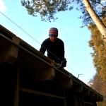 Referenz Salamon & Scherr - Lehrling Manuel beim Rinnenhakenmontieren